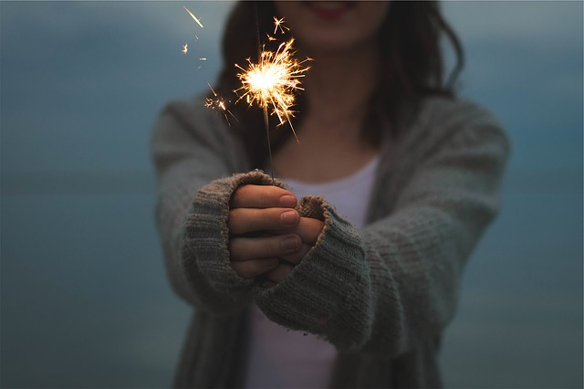 woman-with-sparkler_640